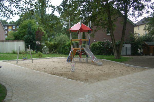 Tewes-Kampelmann Galabau Herne Neuanlage in Herne mit Bepflanzung Pflasterarbeiten Sichtschutz - Spielplatz Lerchenweg (2)