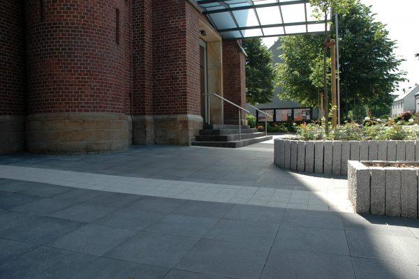 Tewes-Kampelmann Galabau Herne Neuanlage in Herne mit Bepflanzung Pflasterarbeiten Sichtschutz - Umgestaltung Kirchenvorplatz Herne ( (6)