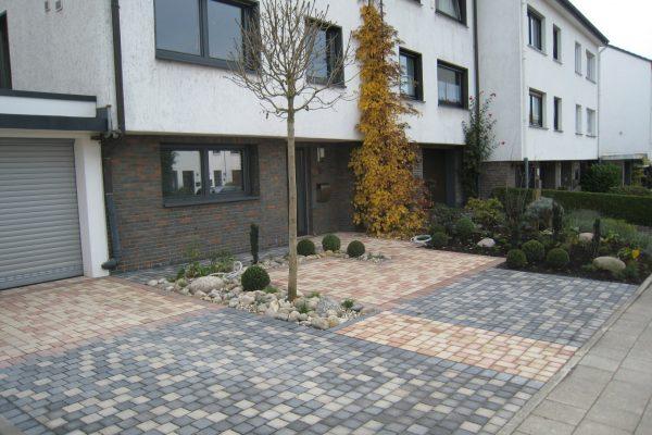 Tewes-Kampelmann Galabau Herne - Neugestaltung eines Vorgartens in Hattingen mit Bepflanzung und Pflasterarbeiten (1)