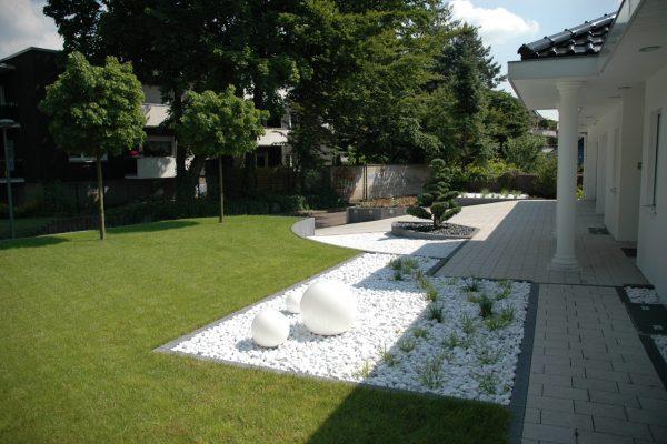 Tewes-Kampelmann Galabau Herne - Umgestaltung eines Privatgartens in Gelsenkirchen mit Bepflanzung Rollrasen Sichtschutz Terrasse Pflanze (1)